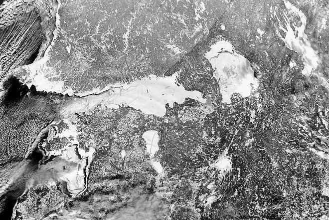 800px record sea ice in gulf of finland 2003 bw 660x440